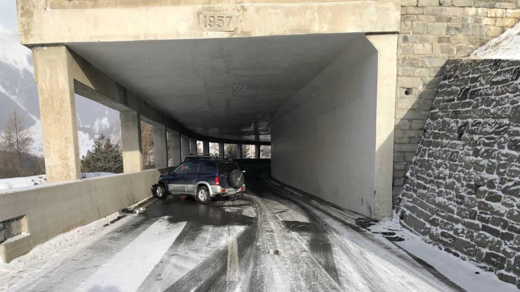 Auto prallt am Ofenpass GR in Lawinengalerie – Frau verletzt
