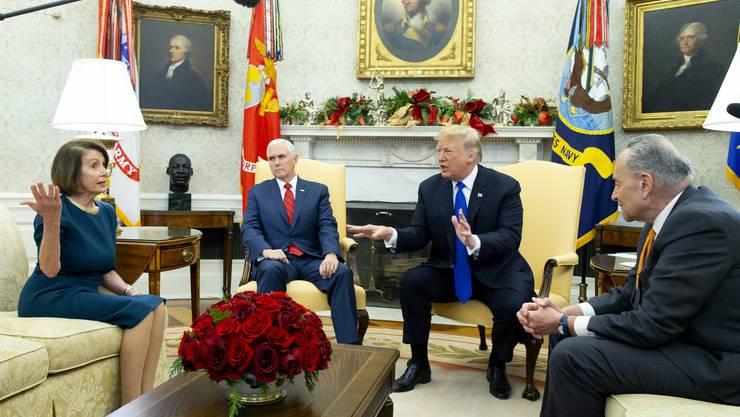 Nancy Pelosi, Mike Pence, Donald Trump und Chuck Schumer im Oval Office am Dienstag.