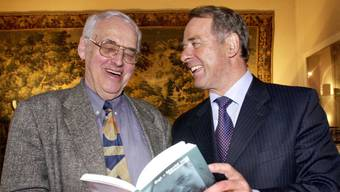 Er schrieb über seine politischen Gegner Bücher: Helmut Hubacher (l.) und Adolf Ogi 1996 bei der Buchpräsentation einer Biografie über den Alt Bundesrat. Auch über Christoph Blocher schrieb Hubacher ein Buch.