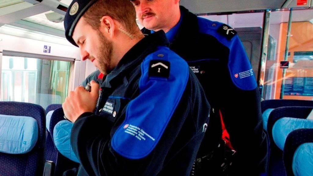 Bei einer Personenkontrolle in einem Zug haben Grenzwächter bei einem Letten zehn gefälschte belgische Ausweise entdeckt. (Symbolbild Grenzwachtregion)