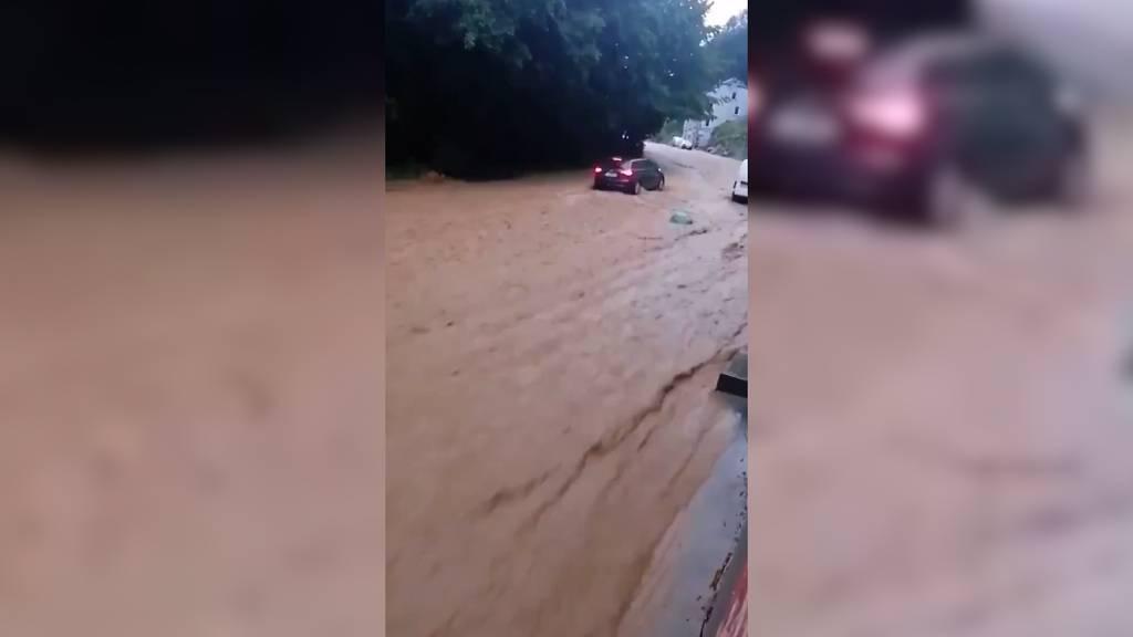 Strasse wird innert Kürze zu einem reissenden Fluss