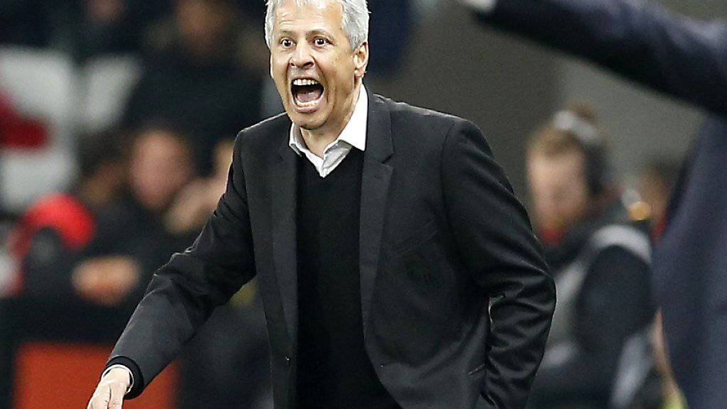 Lucien Favre treibt seine Spieler in der Partie gegen Paris Saint Germain unermüdlich an