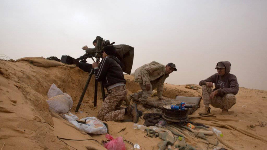 Libysche Soldaten im Gefecht mit Milizen rund 120 Kilometer von der Hauptstadt Tripolis entfernt: Die UNO bittet die Länder um Millionenhilfe zur Versorgung der Bevölkerung. (Archivbild)