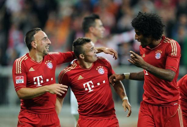 Franck Ribery, Xherdan Shaqiri und Dante freuen sich über das 2:0. Shaqiri hat es klasse vorbereitet.