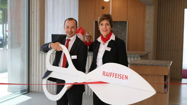 Patrick Weber (Vorsitzender der Bankleitung) und Gisela Schnider (Geschäftsstellenleiterin) eröffnen feierlich die neu gestaltete Raiffeisenbank in Lupfig. DOT