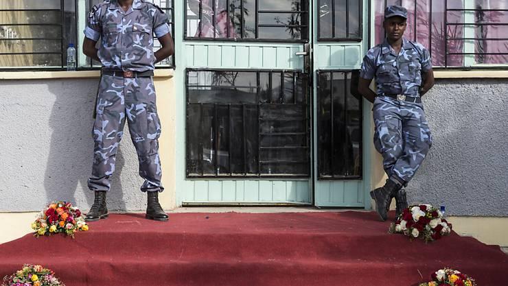 Äthiopische Militärangehörige stehen Woche bei einem Staatsbesuch. Äthiopische Sicherheitskräften wird vorgeworfen, sie hätten auf Studenten und Bauern geschossen und im vergangenen Halbjahr Dutzende von ihnen getötet zu haben. (Symbolbild)