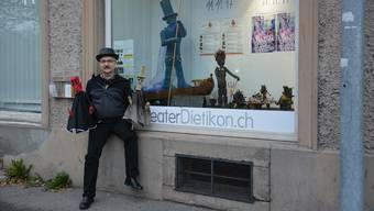Alberto Wanderley mit zwei seiner selbst gemachten Handfiguren vor dem Raum One.