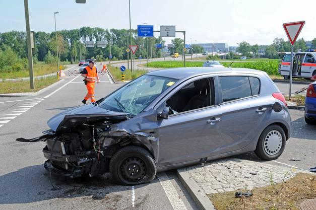 Beim Abbiegen kam es zu einer heftigen Kollision mit einem anderen Auto.