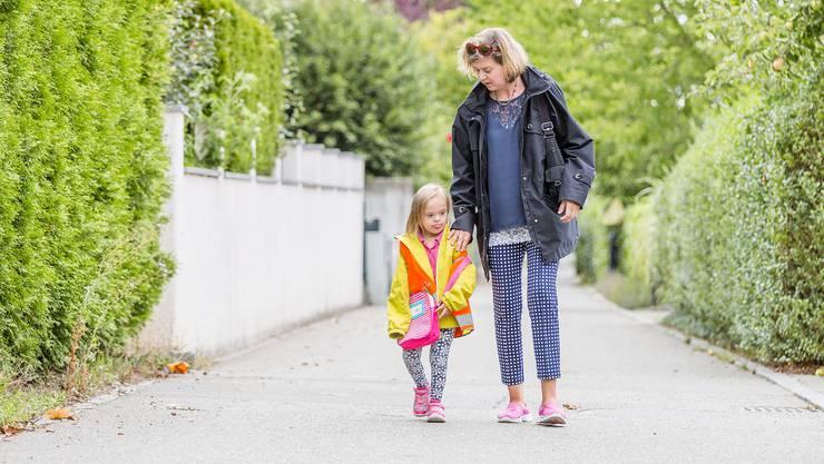 Die fünfjährige Carmen hatte letzte Woche ihren ersten Kindergartentag. Ihre Eltern haben sich dafür stark gemacht, dass ihre Tochter trotz Trisomie 21 in den Regelkindergarten kann.