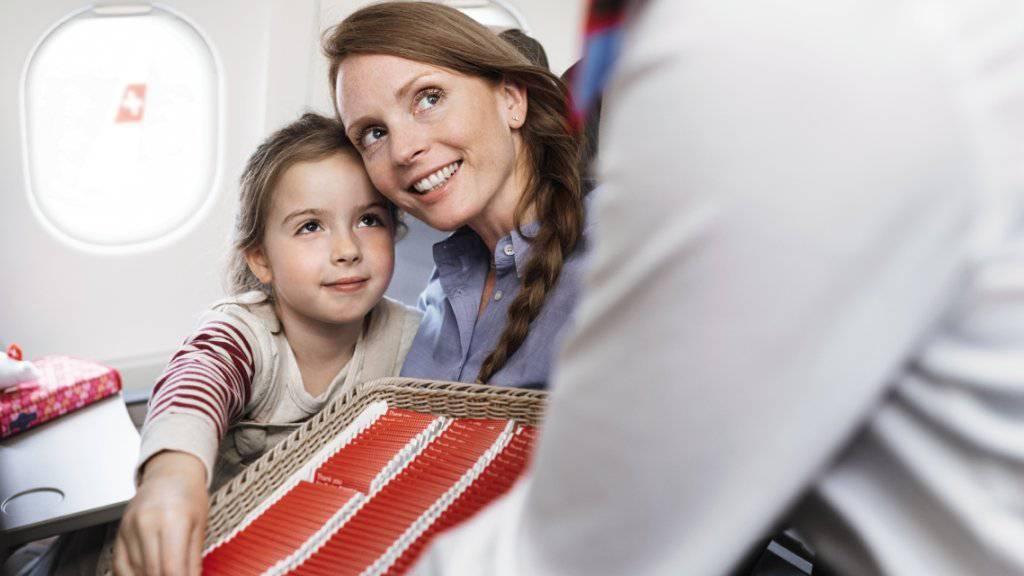 17 Millionen Stück der 14 Gramm schweren Schokoladentäfelchen verteilen die Flugbegleiterinnen der Swiss jedes Jahr.