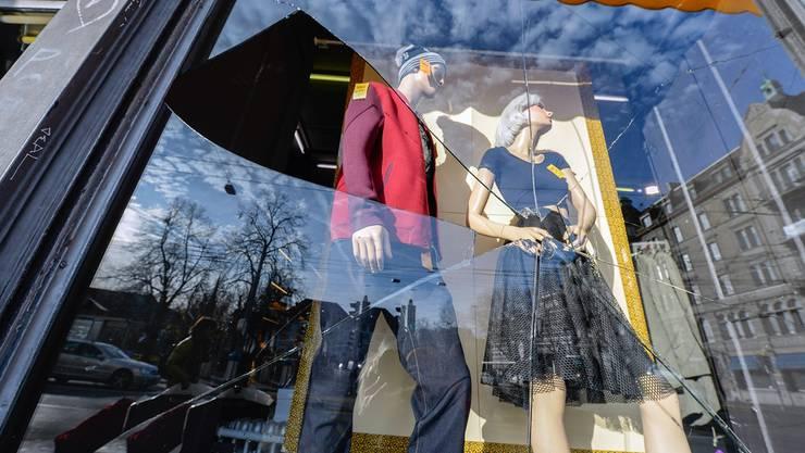 Eine von zahlreichen Scheiben, die in die Brüche gegangen sind: Ein Kleidergeschäft an der Langstrasse in Zürich, am Tag nach dem «Saubannerzug».