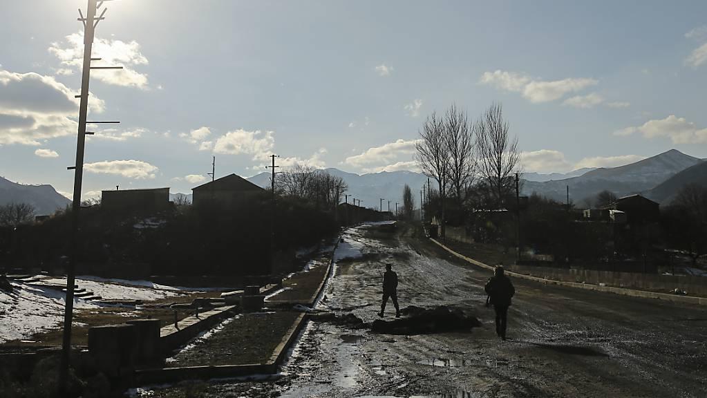 Soldaten aus Aserbaidschan gehen über eine leere Strasse, nachdem eine Region in Berg-Karabach in aserbaidschanische Kontrolle übergeben wurde.
