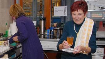 Nur mit Bewilligung: Die az-Redaktorin Rosmarie Mehlin serviert als Helferin beim Kerzenziehen in Baden 2010 einen Kafi Luz.Walter Schwager