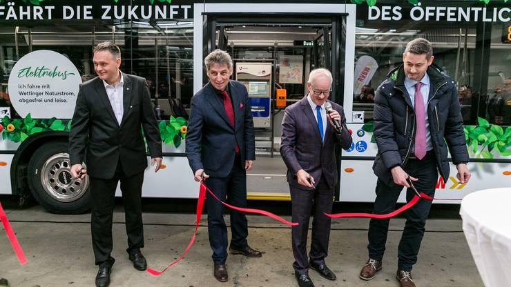 Der Bus wird symbolisch in die Flotte aufgenommen: Claudio Albrecht von Scania; Carlo Degelo, Kanton Aargau; Stefan Kalt, RVBW-Chef und Rico Furrer von Furrer+Frey (v.l.n.r.).