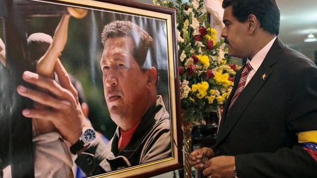 Interimspräsident Nicolas Maduro vor dem Porträt von Hugo Chávez (Archiv)