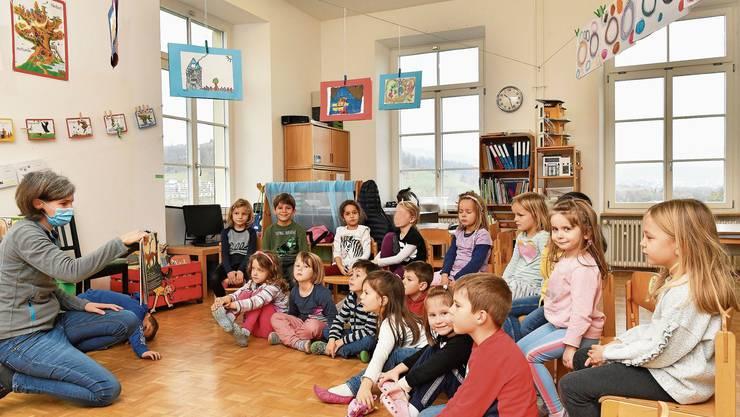 Kindergartenkinder hören gerade «Glück gesucht».