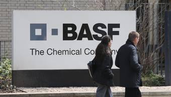 Das BASF-Logo vor dem Hauptsitz der BASF Schweiz an der Klybeckstrasse in Basel.