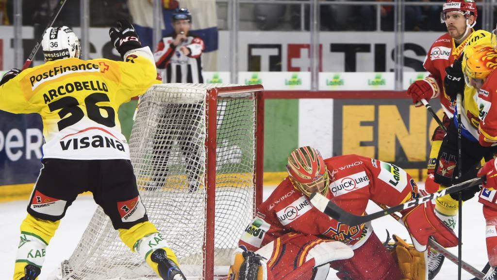 Berns Mark Arcobello (links) bezwingt hier Biels Goalie Jonas Hiller zum 2:2