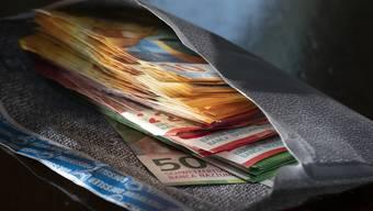 Ein Pensionär vergass an einem Marktstand ein Couvert mit 3'500 Franken darin. (Symbolbild)