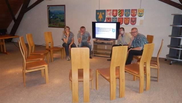 Es warten (von links): Ammann Marianne Möckli, Vizeammann Beat Buchle, Gemeinderat Roland König und Gemeinderat Donat Gubler. ZVG