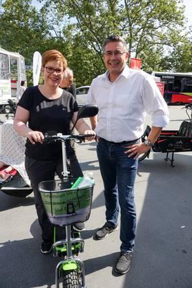 Stadtammann Markus Schneider und Ständeratskandidatin Ruth Müri, die einen E-Scooter ausprobiert (Bild ub) 1