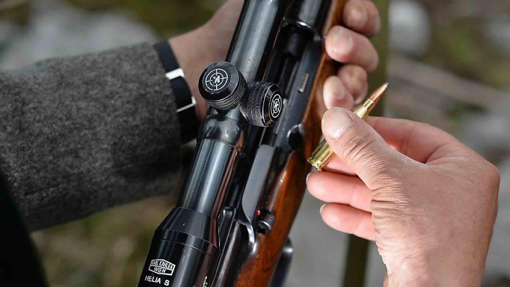 Ein 78-jähriger Mann hat am Samstagabend in Bossonnens FR nach einem Streit mit Jugendlichen mit einem Jagdgewehr in den Boden geschossen. Verletzt wurde niemand. (Symbolbild)