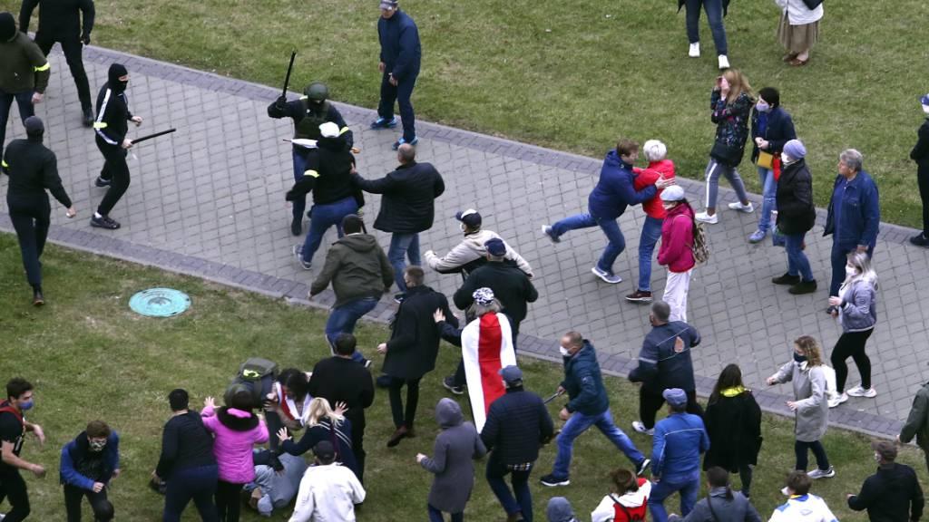 Bei erneuten Protesten der Opposition gegen Machthaber Lukaschenko kommt es in der weißrussischen Hauptstadt zu gewaltsamen Zusammenstößen zwischen Demonstranten und Polizisten. Demnach gab es bereits am frühen Nachmittag 50 Festnahmen. Foto: Uncredited/AP/dpa