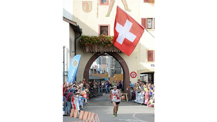 Der Schweizer Matthias Kyburz beim Zieleinlauf am Orientierungslauf-Weltcupfinal in Liestal über die Sprintdistanz.