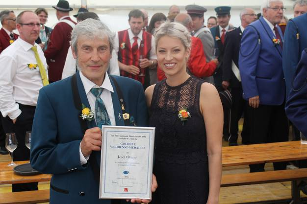 Anlässlich des Musiktags in Hausen am 22.05.2016 erhielt Sepp Ottiger die goldene Verdienst-Medaille des Internationalen Musikbunds; Sepp Ottiger mit Urkunde und Ehrendame