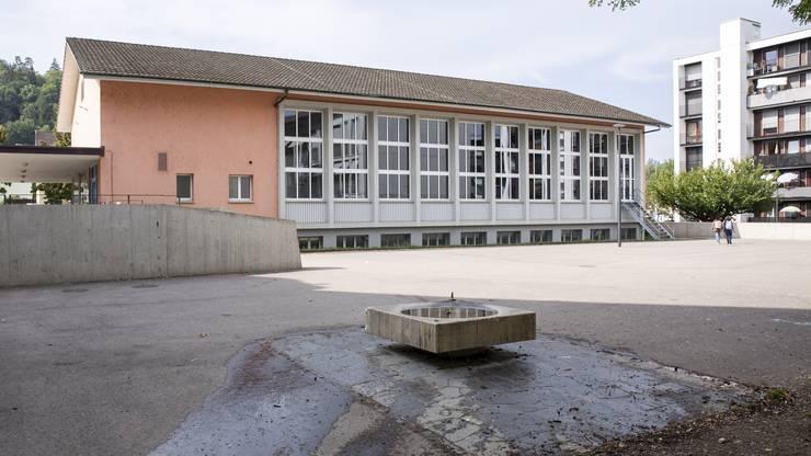 Viel Beton im Schulareal in Neuenhof.