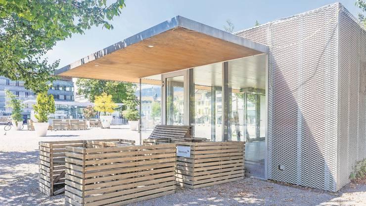 Noch ist es leer, das Glashäuschen am Dornacherplatz. Doch schon ab Dezember soll hier neues Leben einkehren.