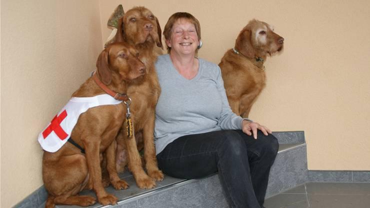 Theres Jans ist von ihren Hunden begeistert. Nanya trägt die Sanitätshundedecke, daneben der Rüde Marek und die Seniorin Anuska rechts.