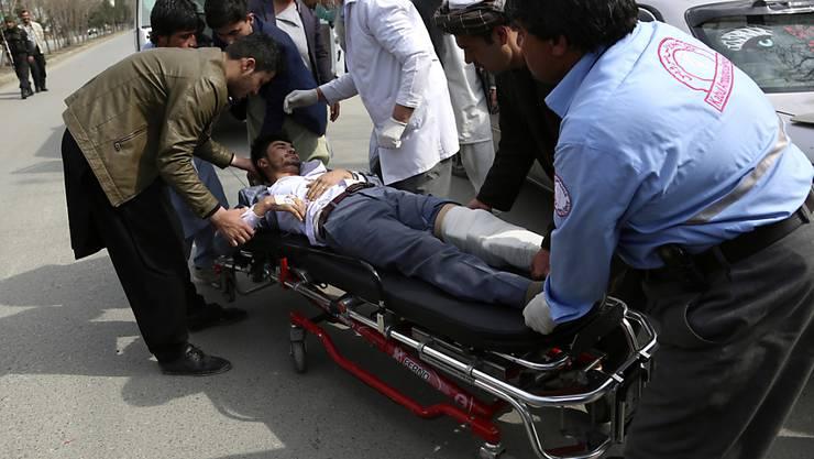 Ein Verletzter erhält nach dem Anschlag in Kabul medizinische Hilfe.