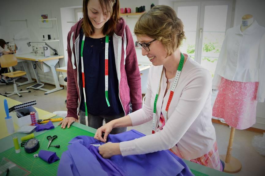 Nicole Leyssing, Bekleidungsgestalterin und Chefexpertin an den SwissSkills, bei der Arbeit im Lehratelier Schnittpunkt in Stans
