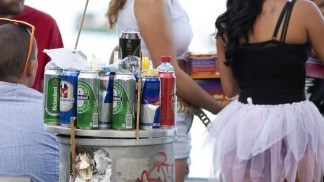 Nicht nur nach Grossanlässen wie der Street Parade in Zürich sind leere Getränkedosen und Flaschen ein Problem (Archiv)