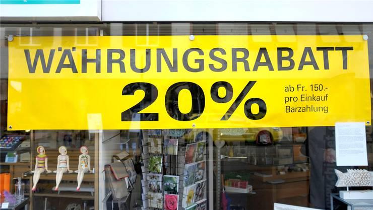 Mit dem Fall des Euros fallen auch die Preise. Viele Geschäfte werben als Reaktion auf die Mindestkurs-Aufhebung mit Preisnachlässen. Symbolbild BZ