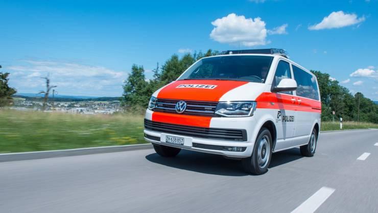 Ein Patrouillenfahrzeug der Kantonspolizei Zürich in Fahrt – eine Person wurde nach einem Küchenbrand in Dürnten hospitalisiert. (Symbolbild)