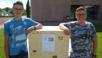 Noah Barrer (links) und Marc Monbaron sind zurecht stolz auf ihren selbst gebauten Bonbon-Automaten.