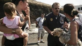 """Ein Polizist spricht in Restinga, südlich von """"El Hierro"""", mit einer Frau"""