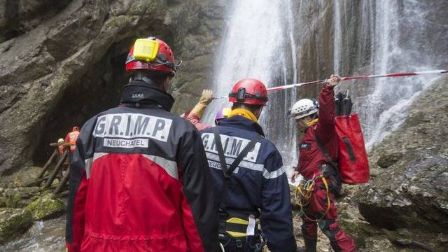 "Rettungskräfte vor der ""Grotte de la Cascade"""