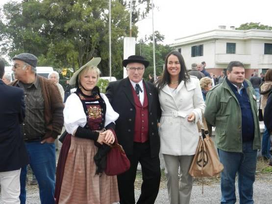Eröffnung der Ausstellung in der Landwirtschaftschule, Gemeindeschreierberin Vreni Zimmermann, Gemeindepräsident Hans Ruedi Ingold und die Bürgermeisterin von Nueva Helvecia Maria de Lima