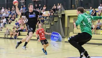 Vorschau auf die beginnende Handball-Saison. Aufhänger zum RTV, Bilder vom Cup-Spiel RTV - Pfadi Winterthur (NLA), Rankhof Basel. Nr. 5 Basil Berger gegen Goalie Matias Schulz (re)