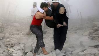 Retter tragen eine Verletzte aus Trümmern - in Ost-Aleppo ist der Zugang zu medizinischer Versorgung laut MSF extrem begrenzt.