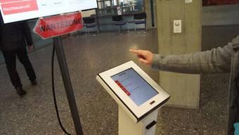 Der neue Ticketautomat in der Eingangshalle des Gemeindehauses leitet die Besucherströme.Cornelia Schlatter