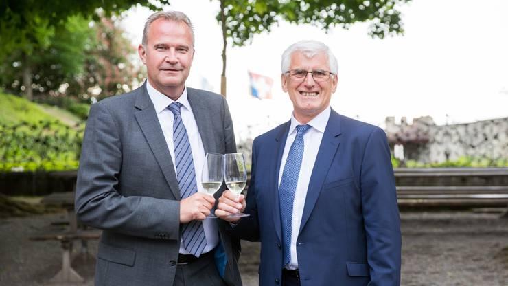 Konnten auf acht gemeinsame Jahre in der AZ-Unternehmensleitung anstossen: Dietrich Berg (links, Geschäftsführer Zeitungen), und Roland Tschudi (CFO). Tschudi tritt nach 18 Jahren im Amt im Herbst in den Ruhestand.