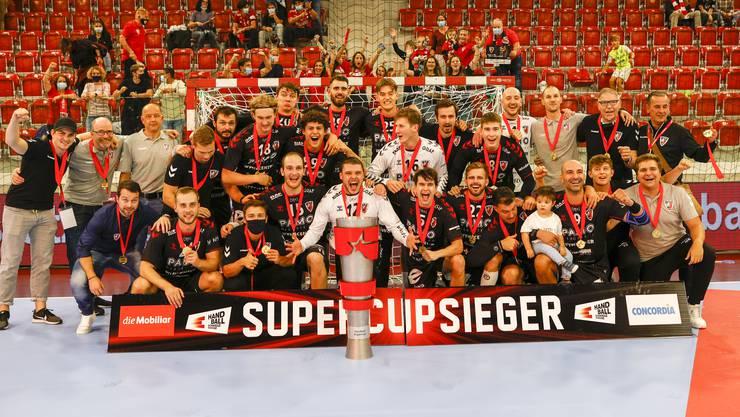 Spieler, Staff und Vereinsführung feiern den ersten Titel des HSC Suhr Aarau seit 20 Jahren.