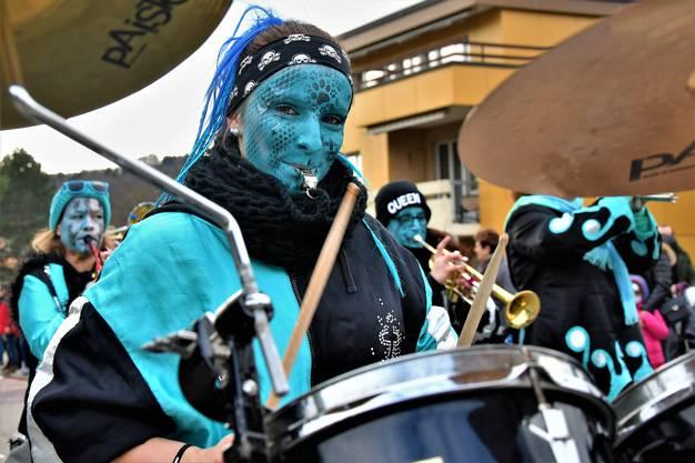 Aufwändig bemalte Gesichter und animierende Rhythmen sorgten in Urdorf für beste Fasnachtsstimmung.