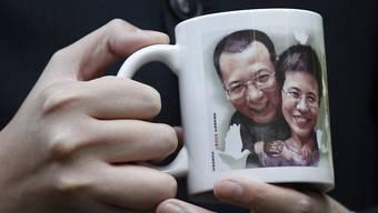 Der schwer krebskranke Friedensnobelpreisträger Liu Xiaobo ist gestorben. Das Bild zeigt ihn und seine Frau Liu Xia, die China nicht verlassen darf. (Archivbild)