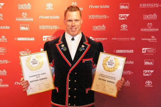 Hier posiert der 27-Jährige mit den beiden Urkunden Schwinger des Jahres 2013 und Sieger Schlussgang-Wertung