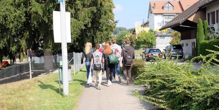 Oberstufenschüler auf ihrem Schulweg in Niederrohrdorf